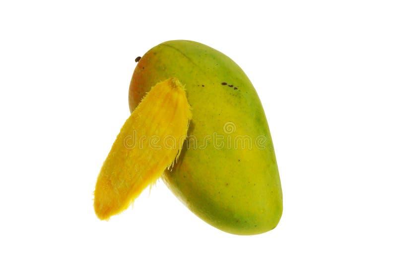 Tropiska mangofrukt och små kärnar ur isolerat på vit bakgrund arkivbilder