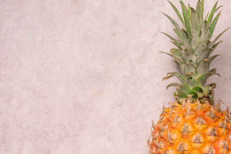 Tropiska och säsongsbetonade sommarfrukter Ananas med bakgrunder för tomt utrymme, sund livsstil Lekmanna- lägenhet arkivbilder