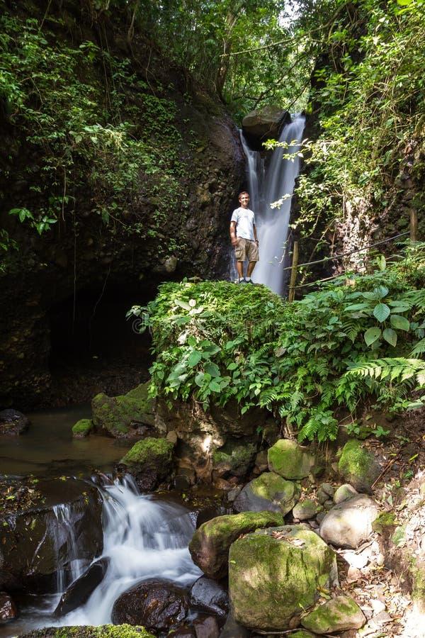 Tropiska vattenfall i Costa Rica arkivbilder
