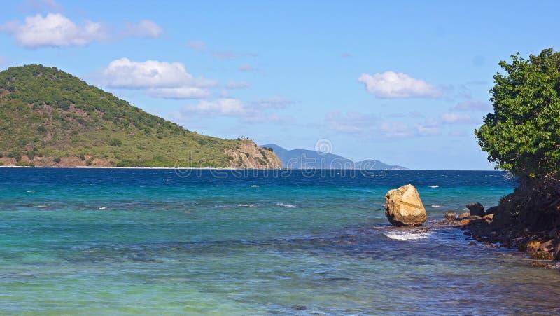 Tropiskt ölandskap med havssikt och flera bergiga öar på horisonten, St Thomas, Jungfruöarna USA royaltyfri fotografi