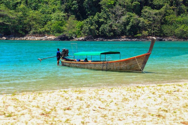 tropiskt för lång svan för strandfartyg traditionellt fotografering för bildbyråer