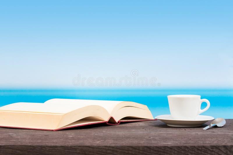 Tropiskt hav som ses fr?n fartyget Bok och kaffe p? tabellen L?sa och koppla av p? semester royaltyfria bilder