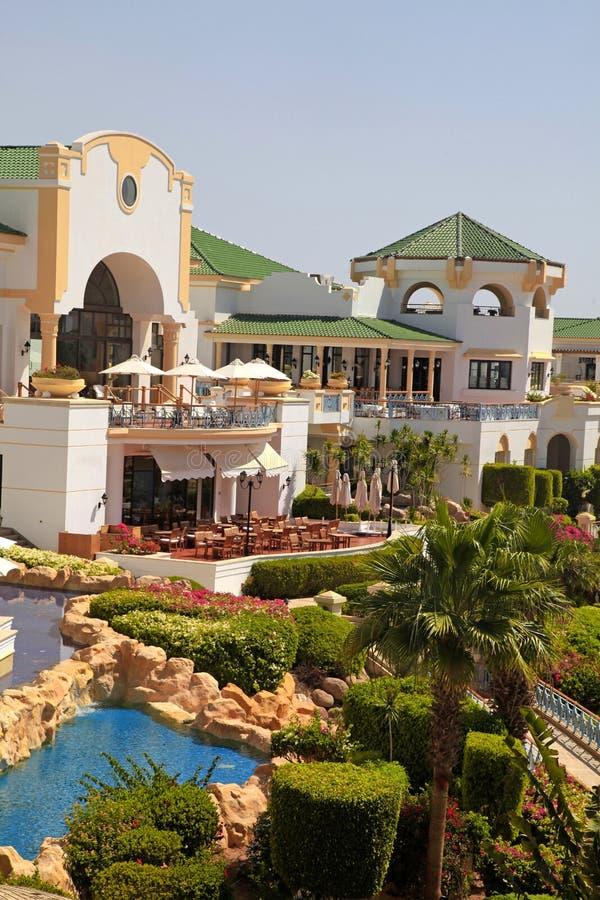 Tropiskt hotell för lyxig semesterort på Röda havetstranden i Sharm el Sheikh royaltyfri bild