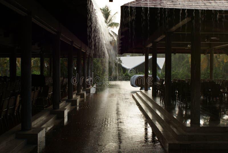 tropiskt hotellregn arkivbild