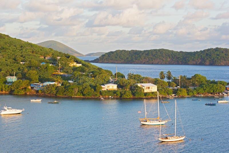 Tropiskt landskap av St Thomas Island nära den Coki stranden på soluppgång, USA VI royaltyfria bilder