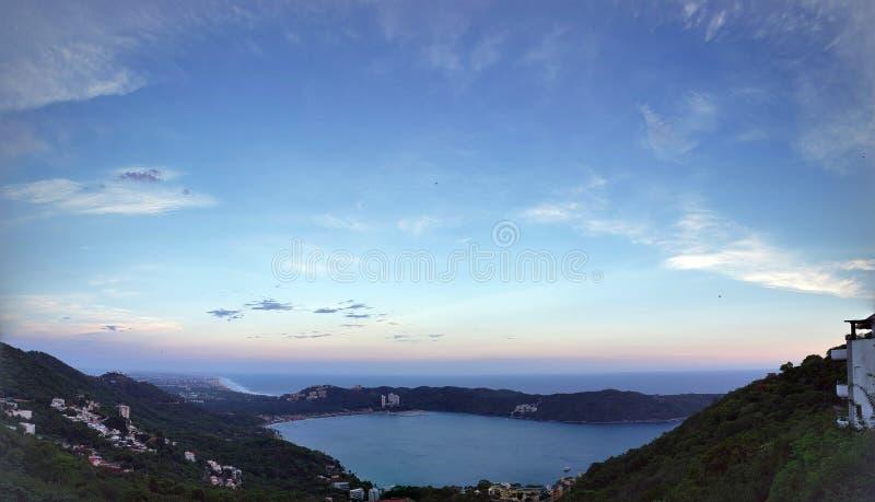 tropiskt landskap i fjärden av Puerto Marques i Acapulco, Mexico på solnedgången arkivfoto