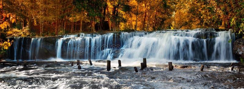Tropiskt landskap med den Kulen vattenfallet i Cambodja royaltyfria foton