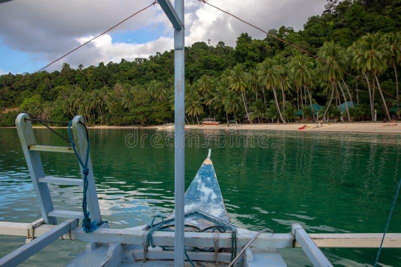Tropiskt landskap med havet och palmträd Fartyget turnerar i den tropiska ön Exotiskt ställe för sommarsemester arkivfoton
