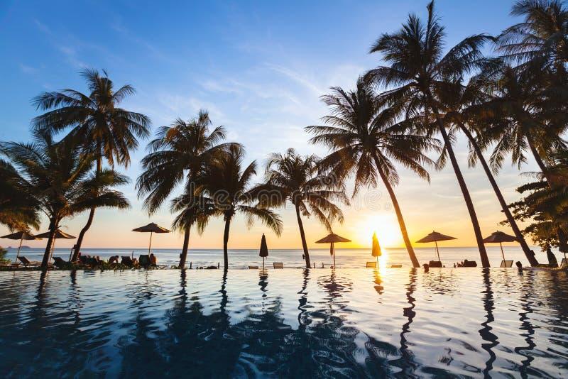 Tropiskt strandlandskap för härlig solnedgång av paradisön med konturer av palmträd arkivfoton