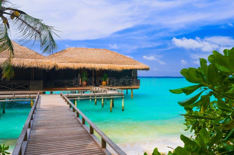 tropiskt vatten för bungalowö royaltyfri fotografi