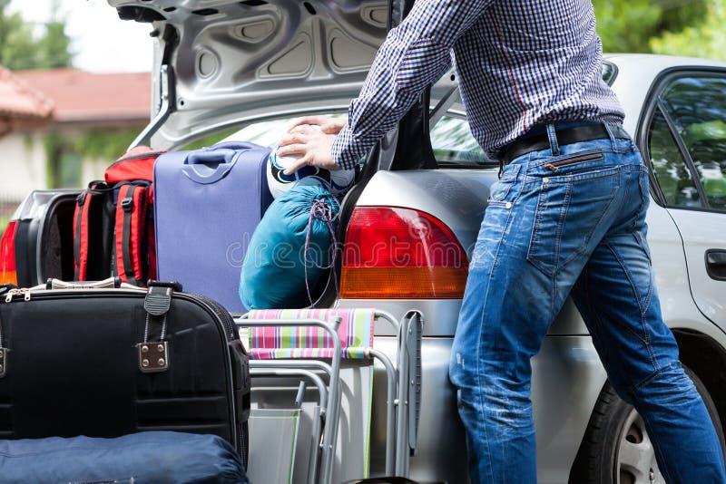 Troppo poco tronco di automobile per bagagli fotografia stock