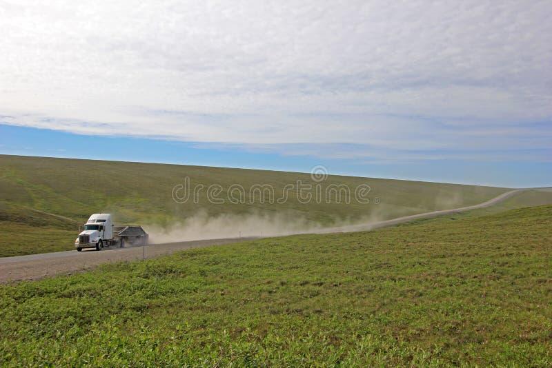 Troquez l'entraînement sur Dalton Highway sans fin, menant à partir de Fairbanks à Prudhoe Bay, l'Alaska, Etats-Unis image libre de droits