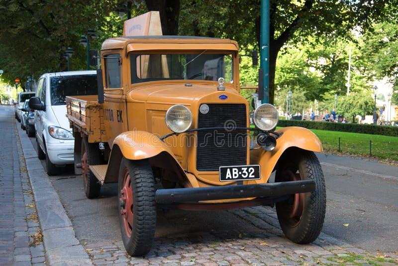 Troquez la plate-forme de Ford Model aa sur les rues de Helsinki un jour ensoleillé d'été image stock