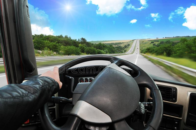 Troquez le tableau de bord avec la main du ` s de conducteur sur le volant sur photos libres de droits