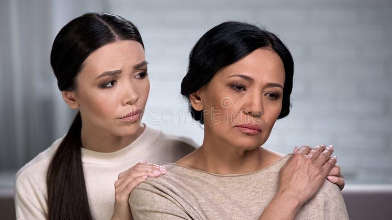 Troskliwa córka martwi się o jej matce, podporowy chory członek rodziny, poparcie zdjęcia stock