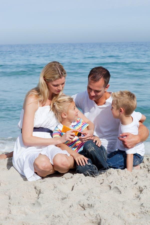 troskliwa rodzina jej mienia matki sunscreen obrazy stock