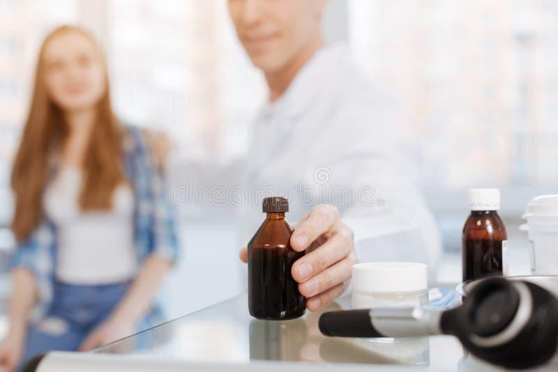 Troskliwy doktorski radzi medicament pacjent w klinice zdjęcia stock