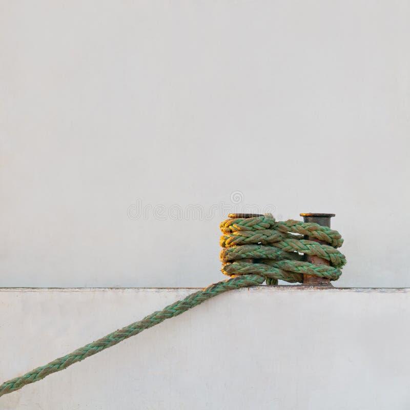 Trosse angebracht zum Schiffspoller lizenzfreie stockbilder
