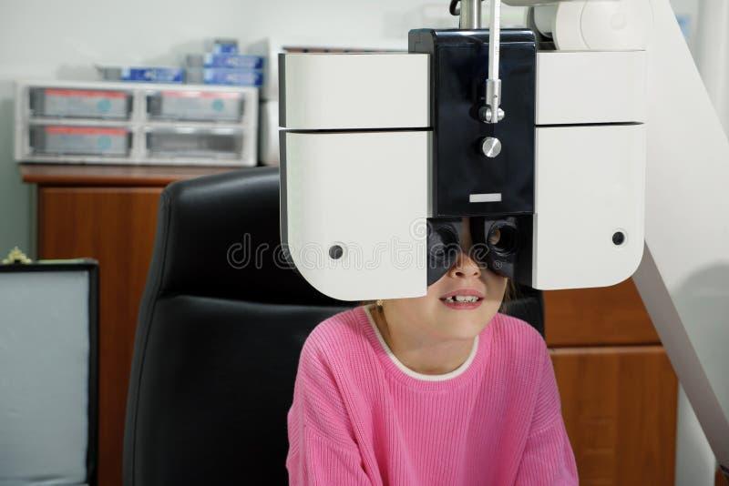 Troszkę bada w klinice dziewczyna oczy zdjęcie royalty free
