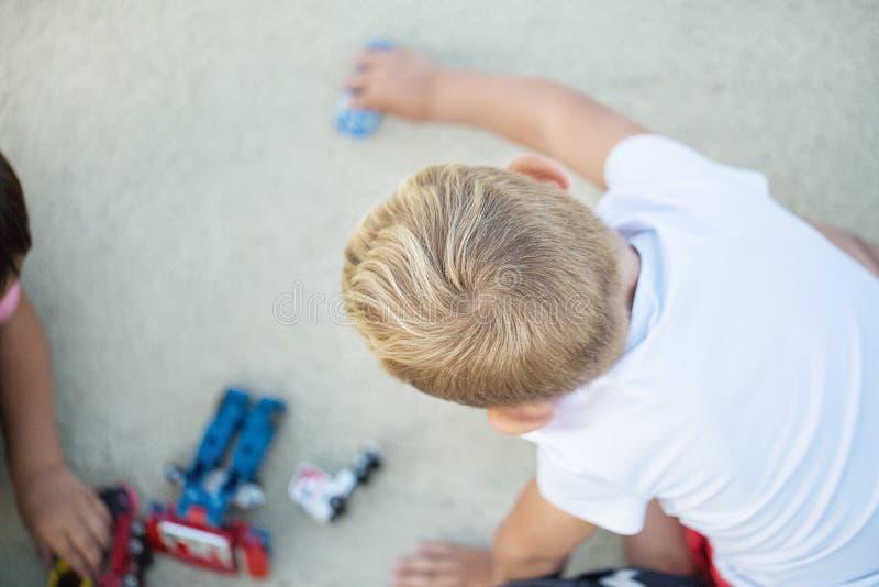 Troszkę bawić się sporta samochodu modela chłopiec zdjęcie royalty free