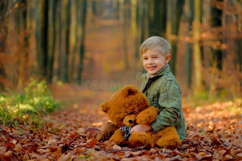 Troszkę chłopiec bawić się w jesień parku obraz royalty free