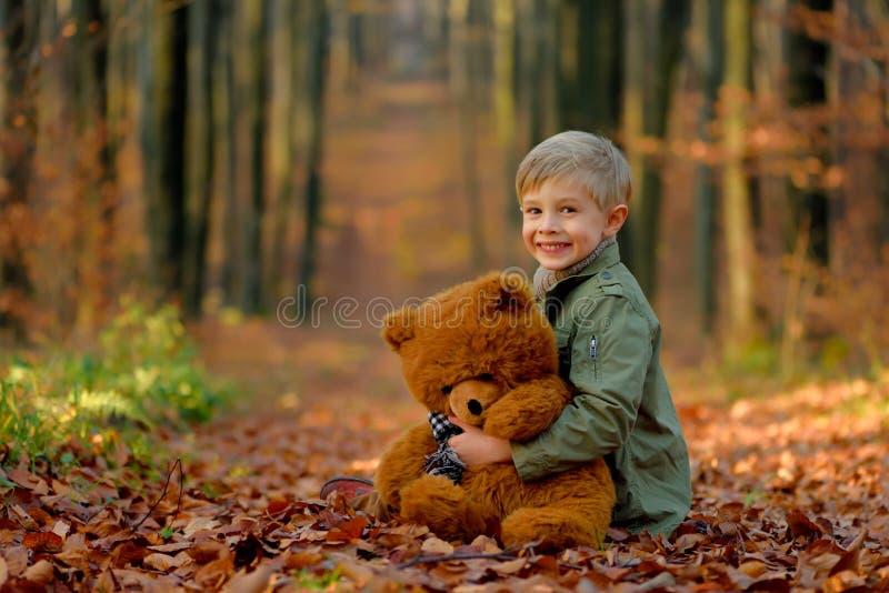 Troszkę chłopiec bawić się w jesień parku zdjęcia stock