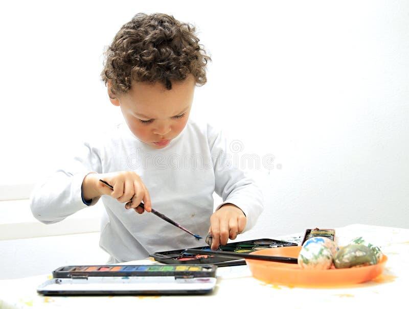 Troszkę chłopiec dekoruje i maluje fotografia stock