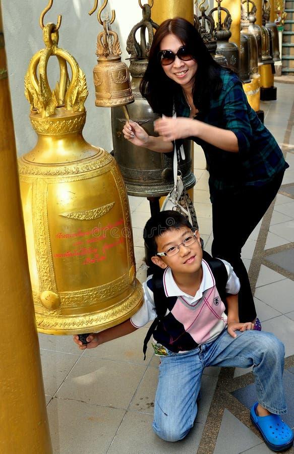 Chiang Mai, TH: Ludzie Dzwoni Świątynnych Dzwony zdjęcie royalty free