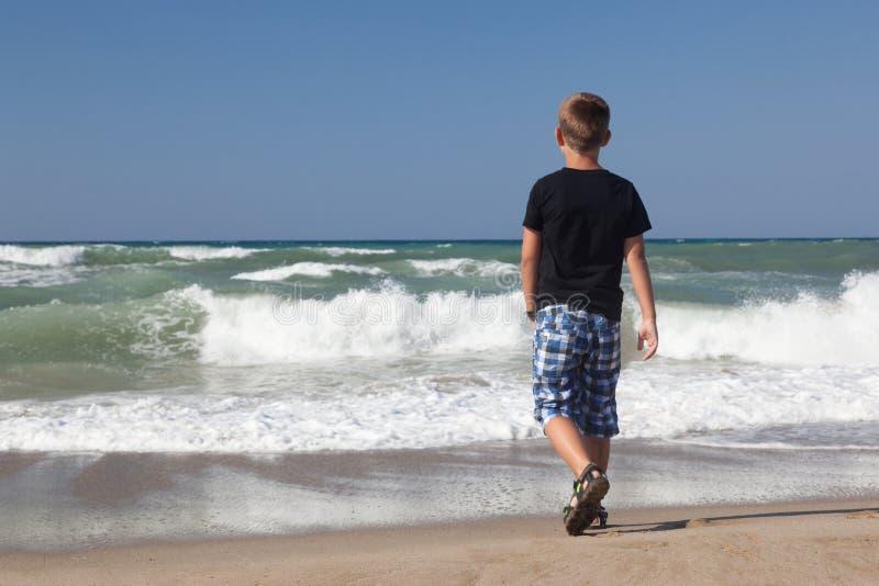 Troszkę chłopiec target766_1_ samotnie na plaży 2 obrazy royalty free