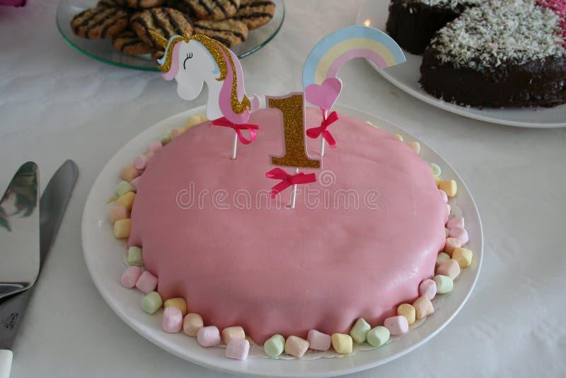 Troszkę dekorowali z jeden koniem i rokiem dziewczyny urodzinowe z marcepanu tortem fotografia royalty free