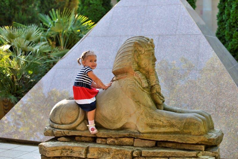 Troszkę dziewczyn spojrzenia przy starą Parkową imitacją Egipscy przyciągania fotografia stock