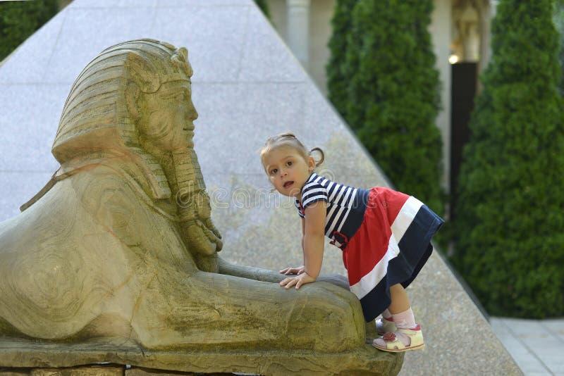Troszkę dziewczyn spojrzenia przy starą Parkową imitacją Egipscy przyciągania obrazy stock
