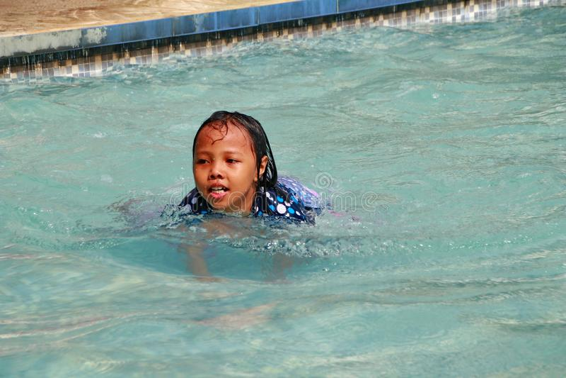 Troszkę dziewczyna bawić się wodę w basenie obraz stock