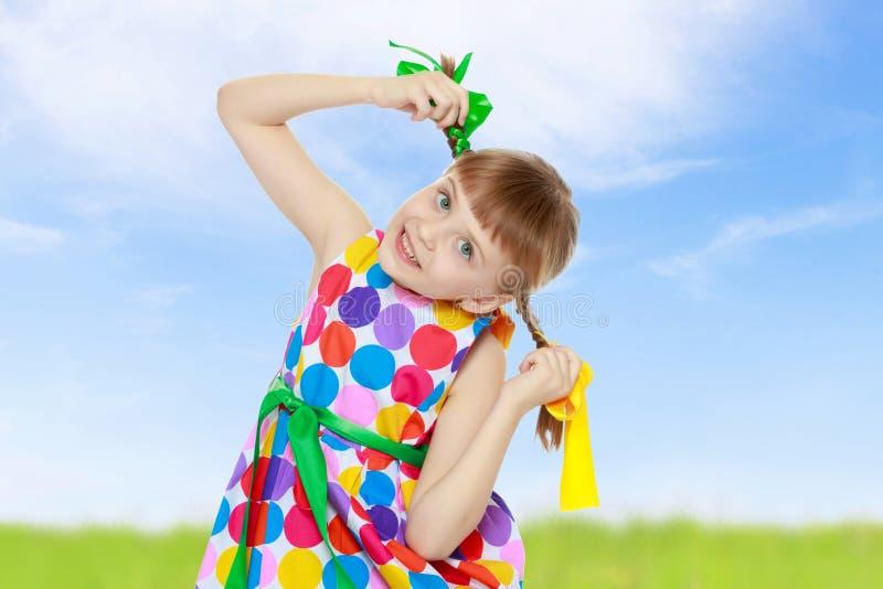 Troszkę dziewczyna w sukni z wzorem od barwiącego circl fotografia royalty free
