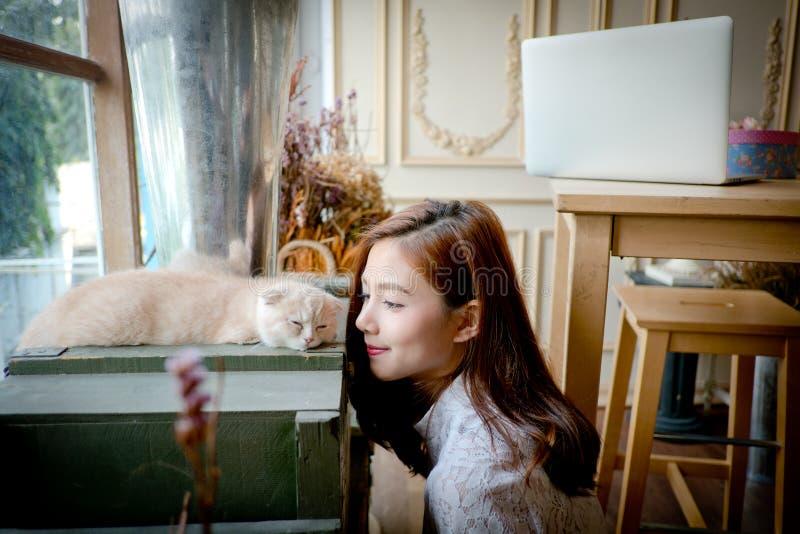 Troszkę dziewczyna z ślicznym kotem zdjęcia stock