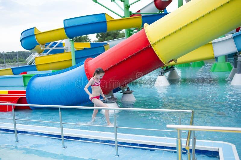 Troszkę jest odpoczynkowa w lecie w aqua parku dziewczyna dziecko pływa w basenie fotografia stock