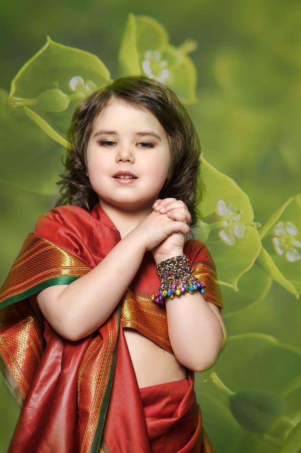 Troszkę jest w krajowej indianin sukni dziewczyna zdjęcie royalty free