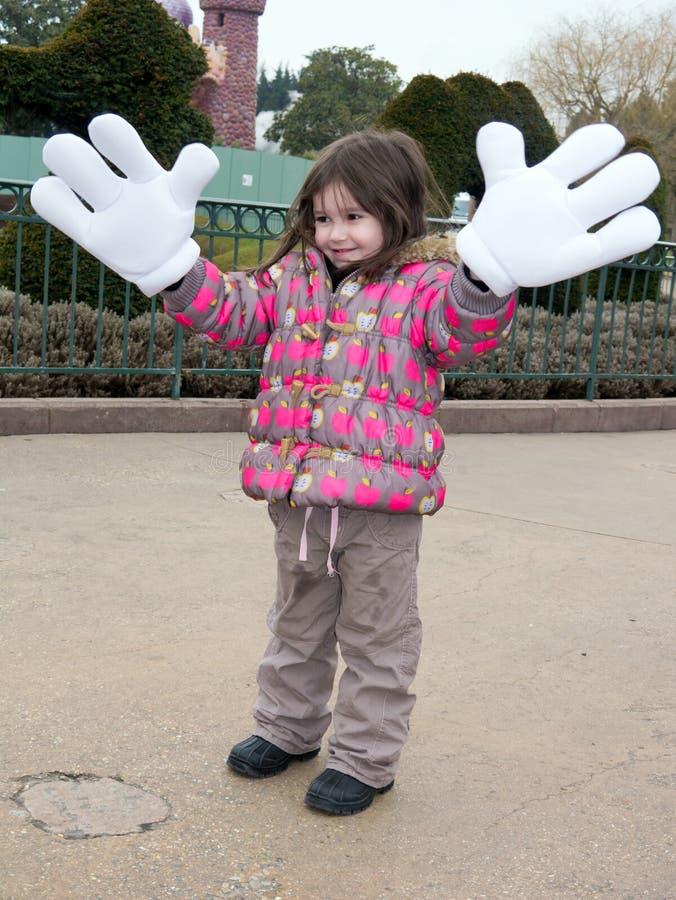 Mała dziewczynka przy Disneyland z Mickey Mouse rękami obraz royalty free