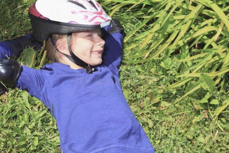 Troszkę nieatutowa dziewczyna w rolkowych łyżwach przy parkiem obrazy royalty free