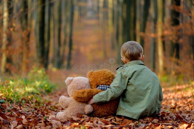Troszkę smutna chłopiec bawić się w jesień parku fotografia stock