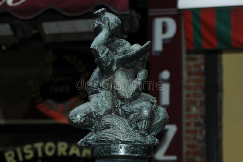 Troszkę statua dwa mężczyzna pić zdjęcie stock