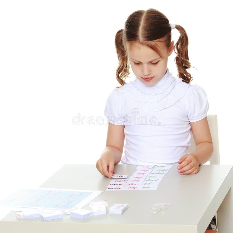 Troszkę studiuje Montessori materiał dziewczyna obraz royalty free