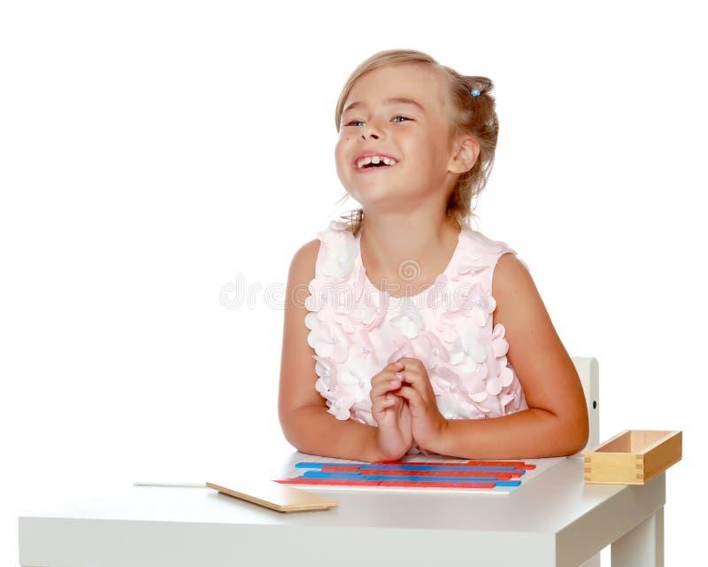 Troszkę studiuje Montessori materiał dziewczyna fotografia stock