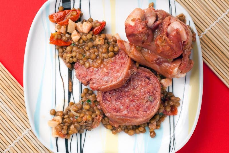 Trotador do porco de Modena com lentilhas foto de stock royalty free