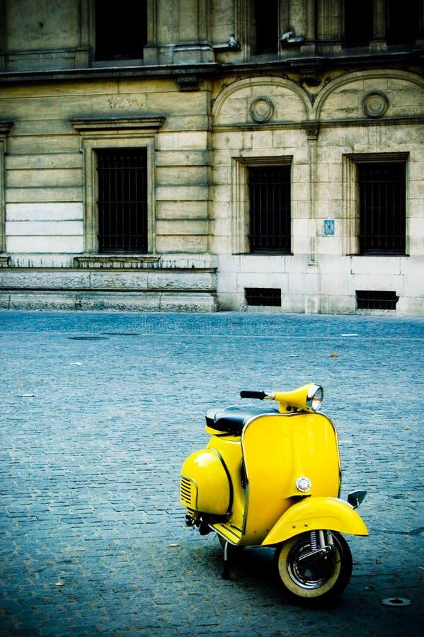 'trotinette' amarelo na plaza imagem de stock