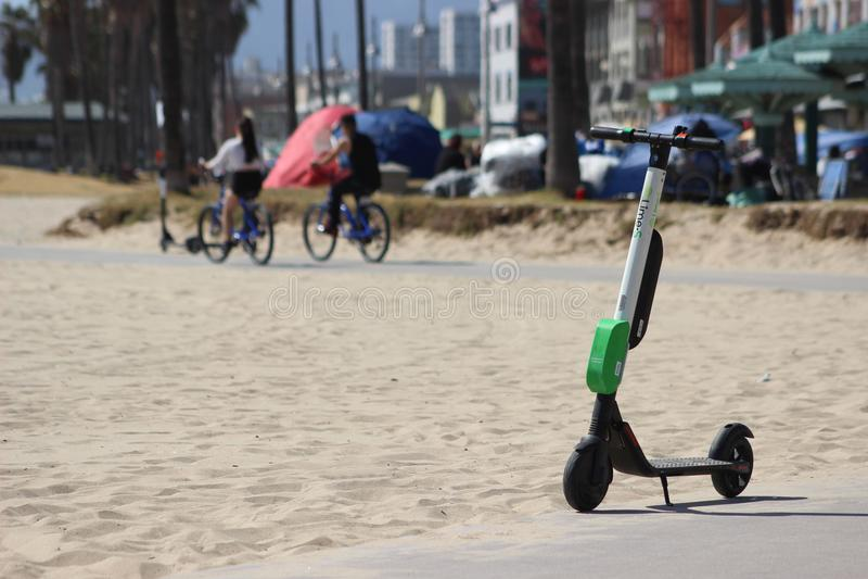 'trotinette' bonde dos cais na praia de Veneza imagens de stock
