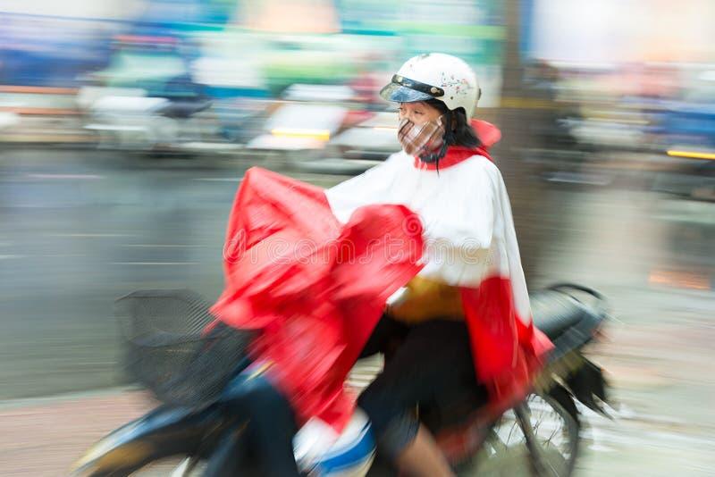 'trotinette' da equitação da mulher em Vietname, Ásia. fotografia de stock
