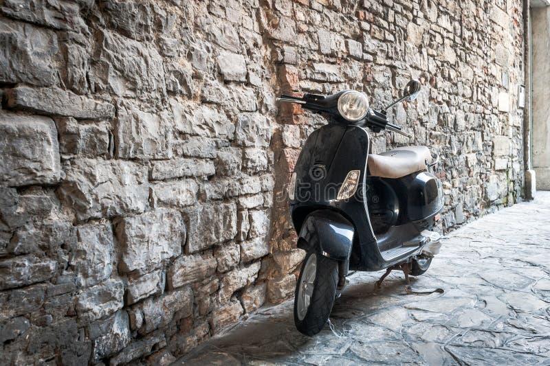 'trotinette' de motor preto como um transporte italiano tradicional na cidade de Bergamo, Itália foto de stock royalty free