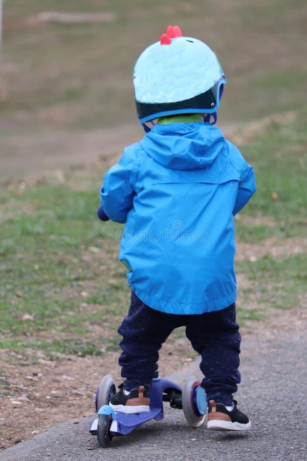 'trotinette' do Ona da criança, pequeno, e cofre forte fotografia de stock