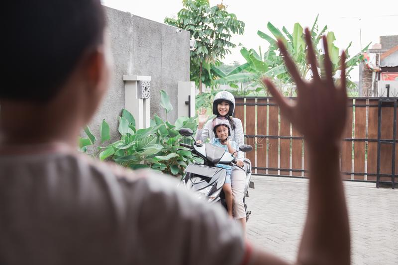 'trotinette' do velomotor da equitação da mãe e da filha imagem de stock